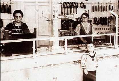 Liesbeth Piehler im Geschäft, davor Sohn Hermann